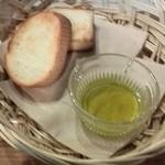 38993974 - パン2種類 オリーブオイル