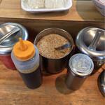 まるうまラーメンぷらっと博多No.1 - 紅生姜 胡麻 高菜 胡椒 替え玉出汁 横にニンニクもあり