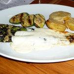 アローラ - 北海道産アスパラ、ジャガイモ、ズキーニのチーズ焼き、アンチョビソース添え