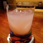 琥珀 - 私はフルーツ系で軽めのカクテルをお願いしました。 生ではなくジュースを使用した、グレープフルーツベースのカクテルでスッキリした味わい。 グラスがシャレていますよ。