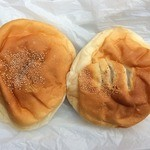 荒井パン店 - 料理写真:左はあんぱん(こし)、右は白あん