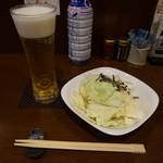 なかなか - 生ビールとお通しのキャベツ