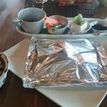 ヒルトコ カフェ - ホイルに包まれたハンバーグ♪