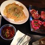 焼き肉膳 らく - チヂミ・肉は牛上ロース・上カルビ・他カルビ・黒豚ロース 左端お通し的なキムチ三種類