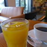 カフェガパオ - 「Allセット」でつくドリンク、マンゴジュースとホットコーヒー