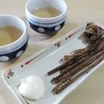 うなぎの半沢 - 先ずはお茶と骨煎餅が提供されます。