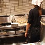 天丼 金子屋 - 大量の天ぷらを揚げてます (2015/06)