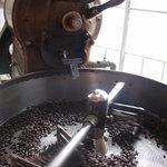 珈琲豆焙煎所 マウンテン - 店内で焙煎していて、いい香りが漂っていました。
