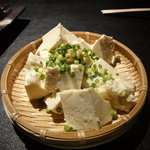 釜焼鳥本舗 おやひなや - ザルのせ豆腐