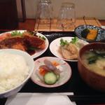 あらえびす - 左奥から チキンカツ  鯖のおろし竜田揚  南瓜 左手前から 御飯  お漬け物  味噌汁