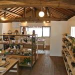 Ogama - 2Fショップ&ギャラリーの様子 四季折々の陶器を中心に、なごみのある生活をご提案いたします。