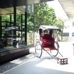 ザ・カフェ by アマン - カフェの入口には、人力車が!?
