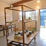 Ogama - 1Fショップ&ギャラリーの様子 企画展も開催