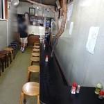 曙食堂 - 店内。背後にずらり待ち席