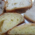 クランパン - 料理写真:断面 左上から時計周りでクランベリー、バタール、カンパーニュ、ダマンド、クロワッサン