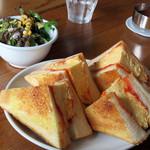アフターグロウ - たまごサンド。       普通、玉子サンドと言うと、みじん切り玉子をマヨで和えた玉子サラダが挟んでありますが、       こちらは玉子焼きを挟んである関西風の玉子サンドです。