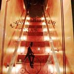 レスカモトゥール バー - マジカルなトーンの階段。