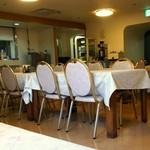 中央区役所 グリル - 白いテーブルクロスのあるレストラン