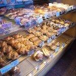 サクラベーカリー - パンを選んだら店員さんがとってくれる