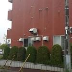 札幌鮭ラーメン麺匠 赤松 - 建物横