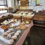 パンブリエ - お店は県道沿いにあるんで地元の皆様から人気のお店らしくこの日も数組のお客様がパンを買い求めておられました、店内には中央のテーブルを囲む様に周りに焼きたてパンが配置されてました。