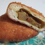パンブリエ - 中に熟成ビーフとジャガイモを使ったフルーティなカレーがたっぷり入ったパンです。