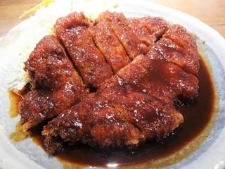 矢場とん 矢場町本店 - 「わらじとんかつ」のアップです。画像の「味噌ダレのみ」の他にも、カツを縦に切った上下で味噌とソースがかけられた「味噌とソースの半々」も選べます。