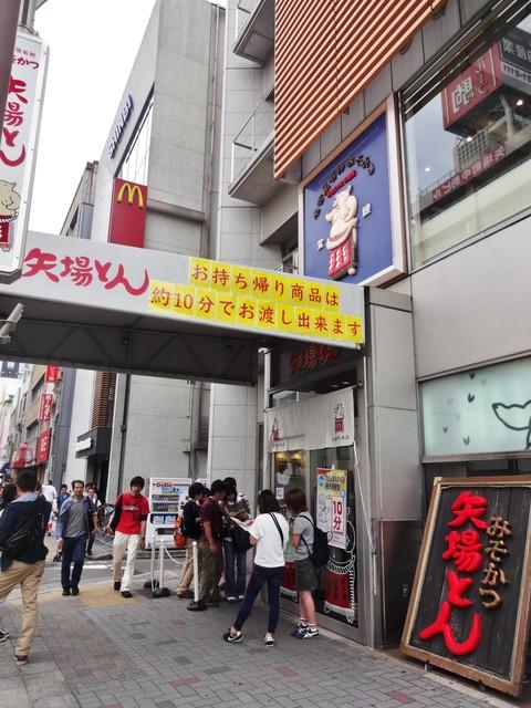 矢場とん 矢場町本店 - 矢場とん さんの入口から続く順番待ちの列は、お店を取り巻くように、南側の路地へと続いています。