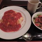 イワクラ - ランチのオムライスのトマトソースケチャップ風味とスープ、トマトサラダ