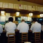 大衆割烹 京家 - メシを食らう男たちの背中。