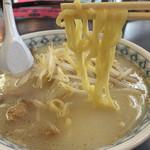 九州ラーメン 桜島 - 201505 黄色くちゅるんとした食感の中太麺