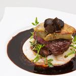 新宿イタリアン カルボナード - 牛フィレ肉のロッシーニ風(2,200円)柔らかい牛フィレ肉のソテーの上にフォアグラをのせ、トリュフを贅沢に散らして
