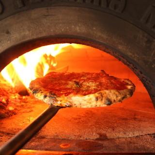 薪窯で焼くこだわりのアツアツピッツァ