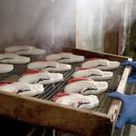 梅かま - 熟練の職人が美味しいかまぼこを蒸しあげます。