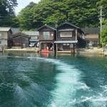 伊根の舟屋 雅 - コーヒーの旗があるのがお店です