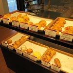 ルビアン 工場直営店 - 普通?のパンも並んでます。