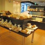 ルビアン 工場直営店 - 店内中ほどに特価パンが。