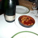 ロス・ピンチョス - Cava(スパークリングワイン)とムール貝の土鍋焼き