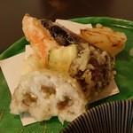 39065452 - 「天ざるそば」の天ぷら(海老、ナス、ニンジン、ズッキーニ、レンコン、玉ねぎ、椎茸の7点盛り)