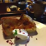 ごはんカフェ 三郎 - 焼きシフォン400円とホットコーヒー350円(セット割引150円で600円)