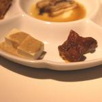蜀郷香 - 季節の前菜五種盛り合せ (湯葉の胡麻ソースがけ と 兎肉のオレンジの皮煮込み) (2015/06)