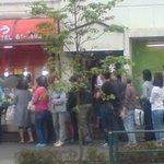 魚孝 - 「母の日」17:00の店の前。長蛇の列が!(@_@)