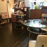 みみみ堂 - フロアは、2人掛け、3人掛け、4人掛けのテーブルが各1卓