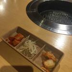 鶴橋ホルモン本舗 - サービスのキムチ