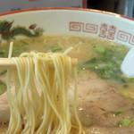 冨ちゃんラーメン - 麺も、伸びとコシがあって美味しいです。 替玉は100円です。 カタやバリカタのリクエストも可。