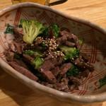 べこまる 高津総本家 - 本日の前菜 ブロッコリーと牛タンのハムみたいな感じの和え物