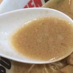 イップウドウ ラーメン エクスプレス - とんこつしょうゆ  スープは褐色を帯びた濁りタイプ
