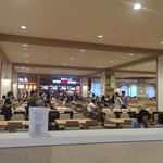 イップウドウ ラーメン エクスプレス - とても広いフードコート! 900席あり、店舗数もいっぱいです