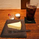 石かわ珈琲 - アイスコーヒーとチーズケーキ