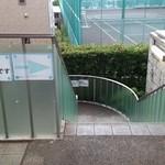 東京都市大学 等々力キャンパス 学生食堂 - 学食へと続く外階段。